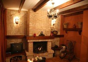 Sala de estar con la mesa y velas