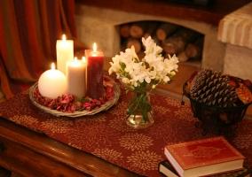 Sala de estar con mesa de madera y centro de flores