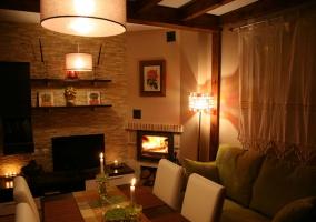 Sala de estar amplia con chimenea encendida