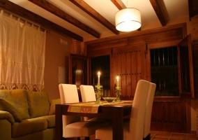 Sala de estar con la mesa y las sillas tapizadas
