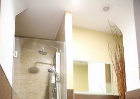 Aseo de la casa con la ducha y un espejo