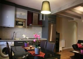 Cocina con mesa de color negro