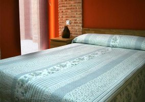 Dormitorio de matrimonio con colchas