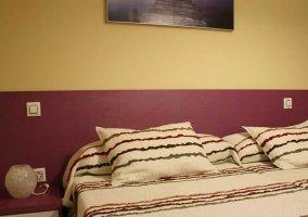 Dormitorio doble con paredes moradas