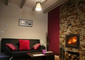 Sala de estar amplia con zona de comedor al lado y chimenea