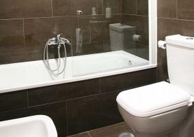 Aseo en blanco y negro con bañera