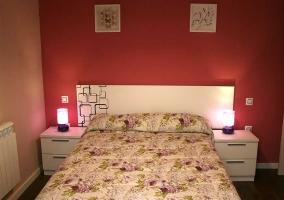 Dormitorio de matrimonio con cabecero blanco y cuadros