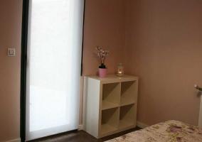 Dormitorio de matrimonio con cabecero blanco y mesillas