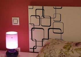 Dormitorio de matrimonio con cabecero blanco y muebles