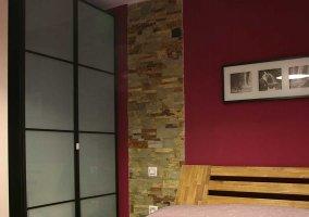 Dormitorio de matrimonio y cuadros