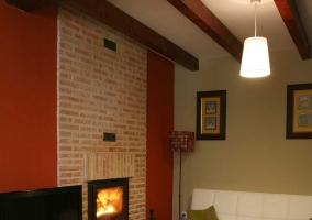 Living room with fireplace and tele