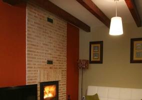 Sala de estar con la chimenea en el frontal de ladrillo