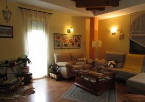 Sala de estar con los sillones tapizados y la mesa