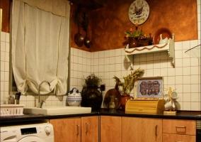 Cocina de la casa con la lavadora bajo la encimera.JPG