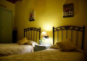 Dormitorio doble con la luz
