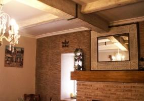 Sala de estar con la mesa redonda de madera con sillas