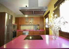 Cocina  de la casa con encimera en rosa