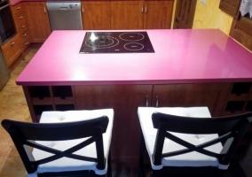 Cocina de la casa con  barra rosa