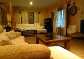 Sala de estar con sillones beiges