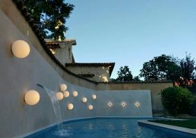 Vistas de la piscina con luces en la pared