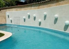 Vistas de la piscina con luz