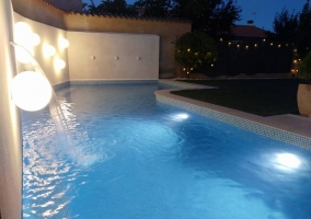 Vistas de la piscina iluminada