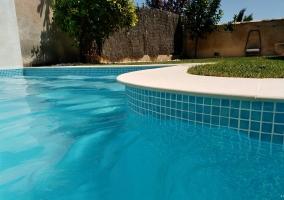Vistas de la piscina y los jardines de la casa