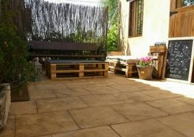 Vistas del porche con muebles de madera