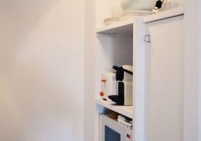 Cocina de la casa con microondas.JPG