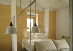 Dormitorio de la casa con espejo a un lado