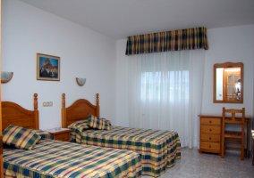 Dormitorio doble con escritorio y espejos