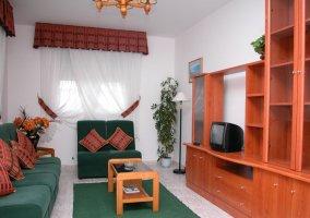 Sala de estar con la alfombra en color verde