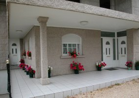 Vistas del porche de la casa con la puerta en blanco
