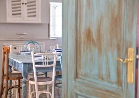 Cocina de la casa con la mesa y su conjunto de sillas