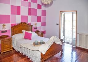 Dormitorio con cama de matrimonio y vistas