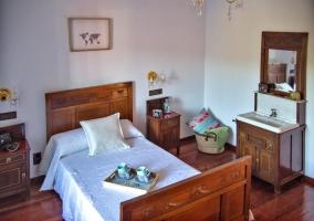 Dormitorio de matrimonio con colchas de color blanco