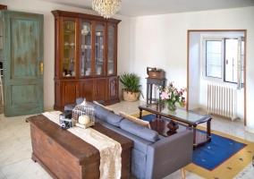 Sala de estar con sillones y la mesa de cristal