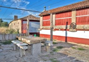 Vistas de los exteriores con mesa de piedra