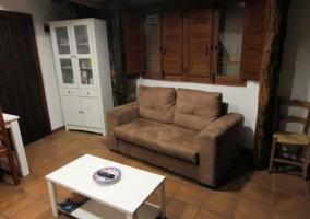 Sala de estar con la cocina al fondo