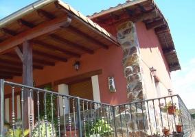 Amplias vistas de la entrada con porche