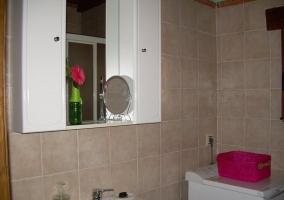 Aseo de la casa con espejo y armario blanco