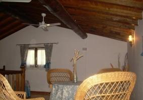 Buhardilla de la casa con la mesa y sillas de mimbre