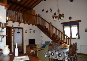 Comedor y sala de estar desde la cocina