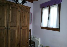 Dormitorio doble con colchas de colores y vista del armario