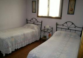 Dormitorio doble con las mesillas de forja