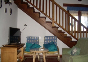 Sala de estar con las escaleras al lado