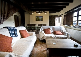 Foto del amplio salon con sofa