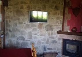 Cocina con chimenea y paredes de piedra