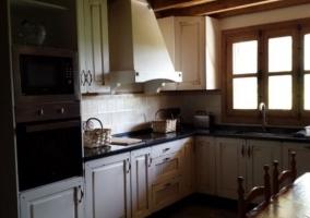 Cocina de la casa con la mesa
