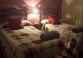 Dormitorio doble con toallas